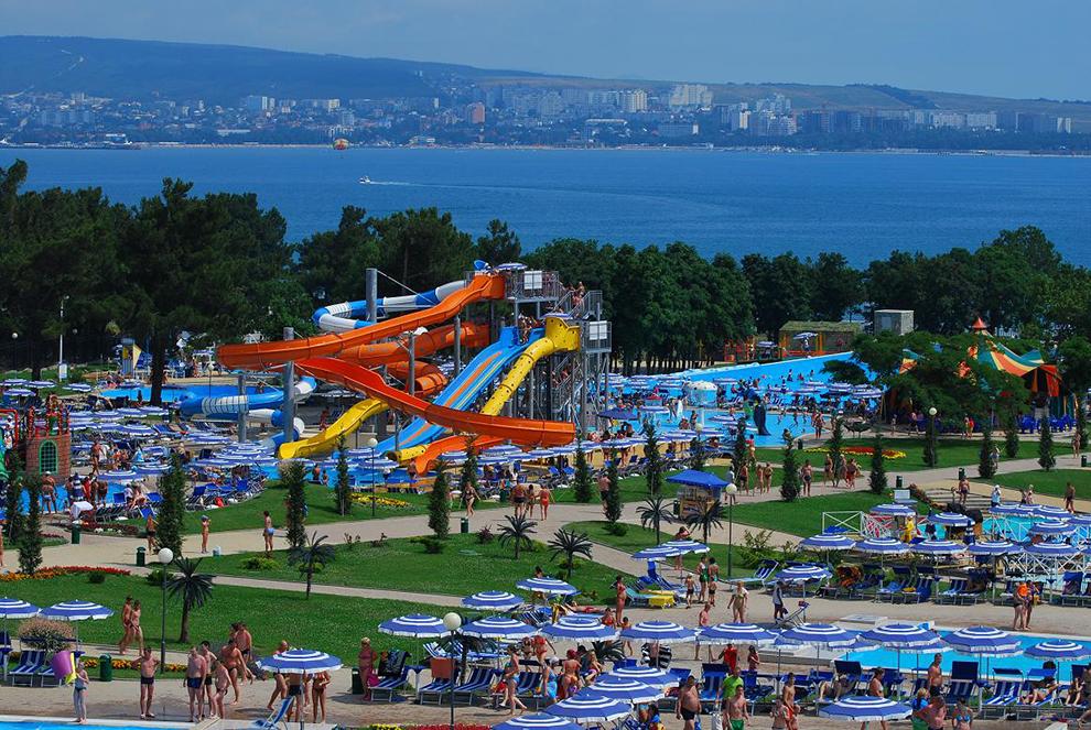 На фото – аквапарк «Золотая бухта»
