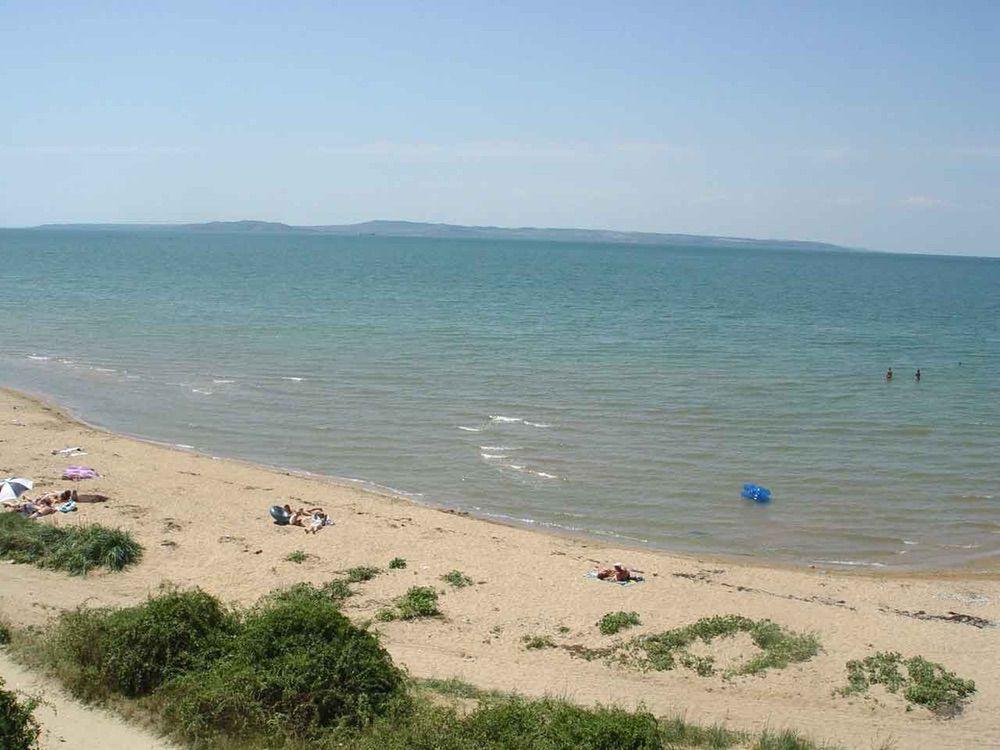 На фото – пляж в поселке Ильич