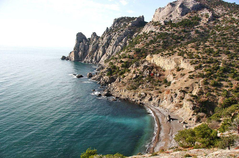 На фото – «Царский» пляж Голубой бухты